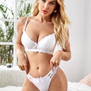 Baltas apatinio trikotažo komplektas Bianca ant modelio